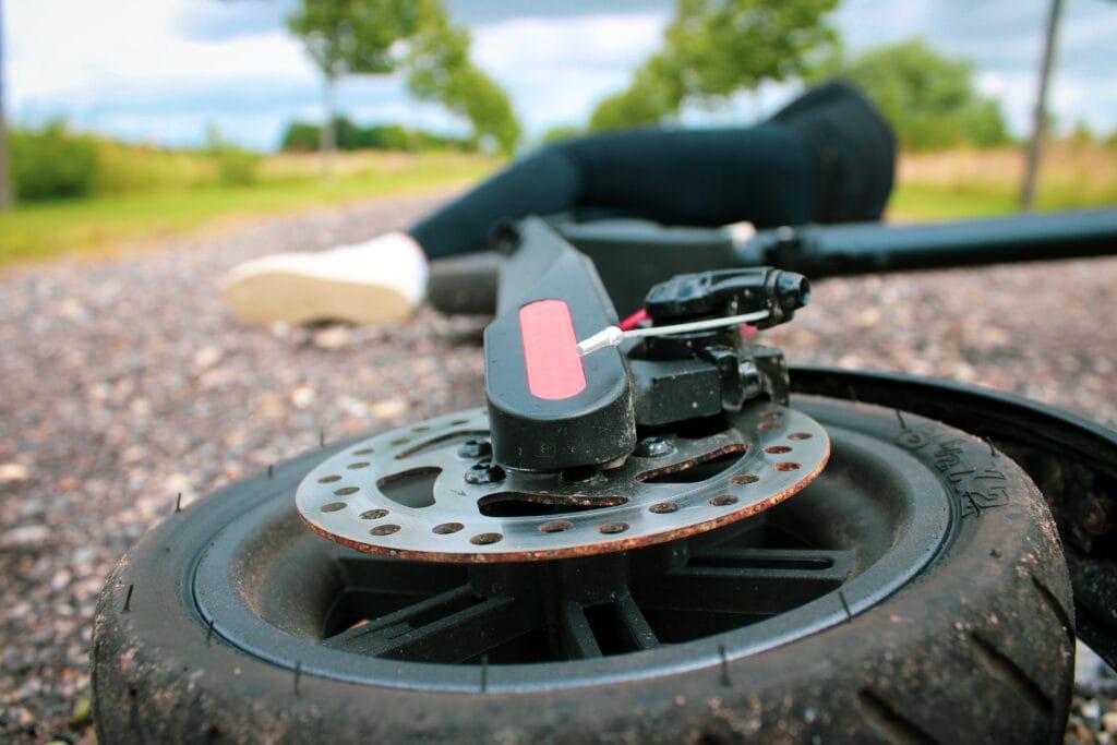 kvinde styrtet på elektrisk løbehjul