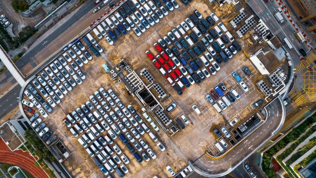 fyldt parkeringsplads i midtbyen