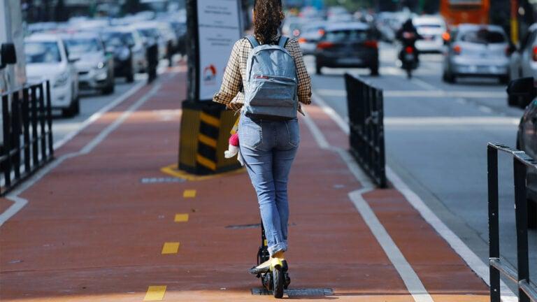 kvinde der kører på cykelstien på et elektrisk løbehjul