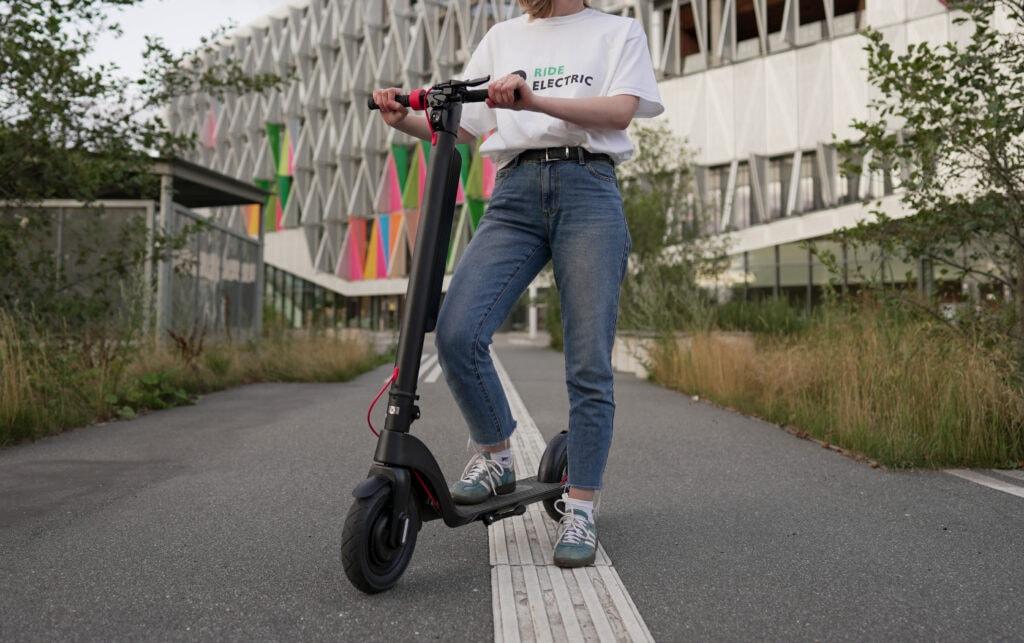 kvinde fra RideElectric med GoRunner Comfort 10-tommers elektrisk løbehjul