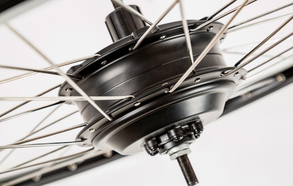 nærbillede af en navmotor i et hjul på en el-cykel